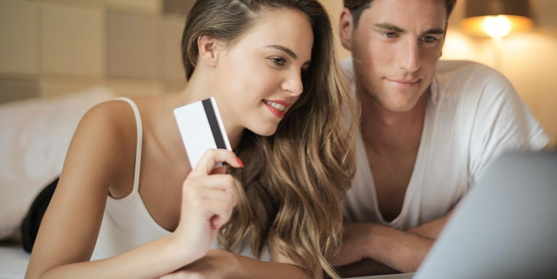 man and woman online shopping card laptop